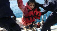 Kanzlerin in Ankara | Merkel verhandelt ...aber die Verzweifelten kommen immer weiter zu uns Vergrößern Ein Flüchtling ist am Ende seiner Kräfte, als er von Rettern an Bord geholt wird Foto: Robert...