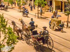 馬車、荷車、人力車が行きかう