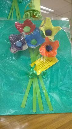 cadeautje grootouders gemaakt van eierdoosjes en gekleefd op canvasdoek. Diy For Kids, Crafts For Kids, Diy Crafts, Baby Feeding, Childcare, Activities For Kids, Baby Kids, Kindergarten, Techno