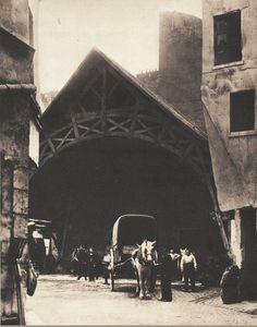 L'ancienne auberge du Compas d'Or (fin 16ème siècle), rue Montorgueil, d'où partaient les coches vers Creil et Gisors. Elle fut démolie en 1927. Photo prise vers 1908 (Paris 1er/2ème)