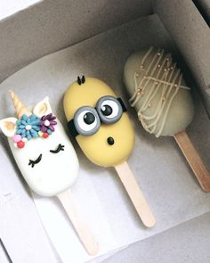Time for an another Giveaway! Im so happy to announce this one because I absolutely love cakesicles ! Look how cute theyre Are you all excited to be a part of this cuteness filled giveaway ? I will be announcing 3 winners by the next weekend. This is for Ahmedabad and Gandhinagar only ! All you have to do is: -follow @oventalesbyavani (if you arent) -tag 2 friends with whom who would like to share these Cakesicles ( make sure they follow us as well ) -all of you like this image. Isnt it sim Paletas Chocolate, Magnum Paleta, Cake Pop Designs, Lolly Cake, Oreos, Cute Baking, Cookie Pops, Cute Desserts, Cake Decorating Techniques