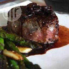 Een makkelijke saus van rode wijn en sjalot met een vleugje balsamico-azijn wordt over een perfect gebakken biefstukken van de haas gegoten. Geniet ervan met een flesje rode wijn voor een romantisch avondje thuis. Bekijk ook de video van dit recept!