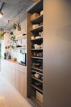 オープン収納の隣には、スライドドアの大きなストレージも。 Japanese Home Decor, Japanese Kitchen, Japanese Interior, Kitchen Pantry, Kitchen Storage, Kitchen Dining, Kitchen Decor, Sweet Home Design, Home Room Design