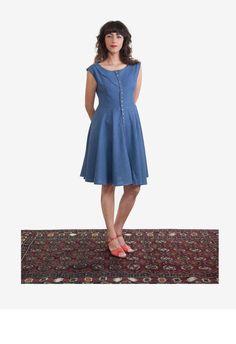 שמלת פשתן בצבע תכלת עם כפתרת לחצניות ברונזה לכל אורכה.  בשמלה רוכסן נסתר צידי לנוחות מקסימלית וצווארון מעוקל.  חלקה העליון של השמלה מעוצב למידות הגוף ומחמיא מאוד לקימוריו, החלק התחתון של השמלה מעוגל ויוצר נפילה עשירה של בד. כל השמלות תפורות בקפידה מחומרים איכותיים ובסדרות מצומצמות.  השמלה קיימת במידות: 34,36,38,40,42,44,46  *ניתן לקבל יעוץ אישי להתאמת המידה והגיזרה בצורה מקסימלית דרך יצירת קשר.