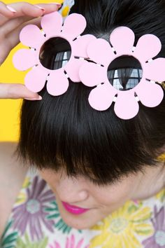 These DIY Daisy Sunglasses Will Have You Ready for Spring Fun Diy Projects For Home, Paper Crafts For Kids, Diy For Kids, Flower Sunglasses, Kids Sunglasses, Kawaii Diy, Art N Craft, Homemade Crafts, Diy Accessories