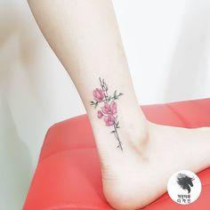 """좋아요 1,193개, 댓글 4개 - Instagram의 kamangtattoo • 까망타투 디자인 • 수원타투(@kamangink)님: """"cross flower tattoo . . #crosstattoo #watercolortattoo #flowertattoo #kamangtattoo #tattoo #tattoos…"""""""