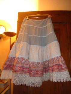 Petite jupe à volants avec tissus et dentelles chinés en brocante