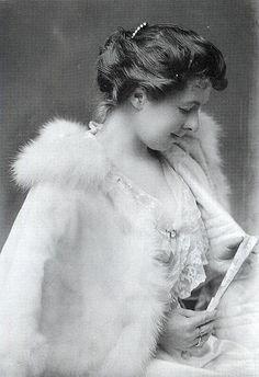 Fur-trimmed cape, 1902.