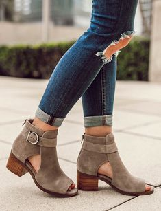 Grey suede block heel sandal with open toe Cute Shoes, Me Too Shoes, Look Fashion, Fashion Shoes, Latest Fashion, Fashion Trends, Peep Toe, Shoe Boots, Shoes Heels