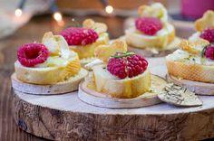 Grzanki z pieczonym camembertem, maliną i rozmarynem #smacznastrona #przepisytesco #maliny #grzanki #camembert #rozmaryn #pycha