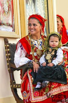 Woman and little girl in traditional Portuguese clothing and gold jewellery, Viana do Castelo, northern Portugal. Portuguese Culture, Costumes Around The World, Ethnic Dress, Spain And Portugal, Folk Costume, People Of The World, Mother And Child, World Cultures, Ethnic Fashion