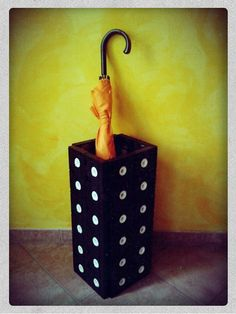 Upcycled umbrella stand made with old vhs - Portaombrelli ricicloso con vecchie vhs