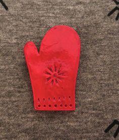 """Petite broche """"moufle"""" rouge vernie : Broche par elisa-sowa"""