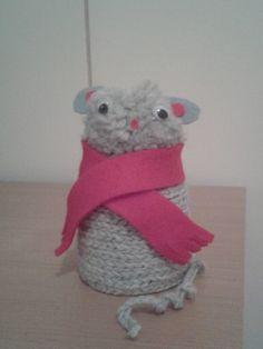 """""""Pilttipurkkieläin"""" (2.lk) Ketjusilmukkanauha liimataan pilttipurkin päälle siten, että purkki peittyy kokonaan. Kanteen liimataan tupsusta pää ja päähän silmät, nenä ja korvat. Eläimen kaulaan huovasta huivi, niin kannen reuna peittyy. Tuolta hiireltä puuttuu vielä viikset. (Alakoulun aarreaitta FB -sivustosta / Katri Kaltiainen) Diy Crafts For School, Crafts To Do, Hobbies And Crafts, Crafts For Kids, Arts And Crafts, Textile Fabrics, Easy Crochet, Art For Kids, Needlework"""