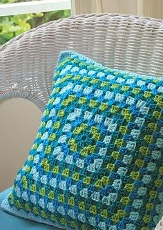 Granny Square Crochet Pillow - No Pattern - Inspiration Crochet Home, Love Crochet, Diy Crochet, Crochet Crafts, Crochet Projects, Crochet Ideas, Beautiful Crochet, Crochet Squares, Crochet Granny