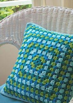 Granny Square Crochet Pillow - No Pattern - Inspiration Crochet Home, Love Crochet, Diy Crochet, Crochet Crafts, Crochet Projects, Crochet Ideas, Beautiful Crochet, Crochet Cushion Cover, Crochet Cushions
