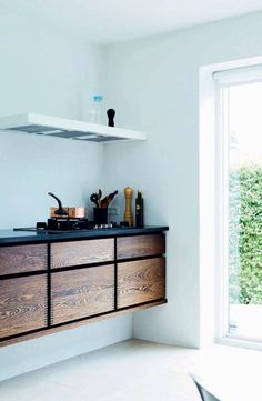 Kitchen made by Garde Hvalsøe - from Boligmagasinet, DK. #cleankitchen #kitcheninspiration #floatingunit #extractorfan #woodkitchncabinets #scanidesign #scandiinspo