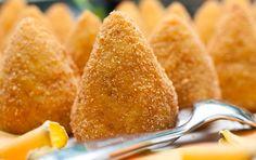 L'arancino (o arancina) è una specialità tutta siciliana che affonda le sue radici nella cultura araba. Si tratta di una palla di riso fritta, del diametro di 8-10 cm, farcita in genere con ragù; ma anche con altri composti. La creatività degli abitanti dell'isola è vulcanica, e sprizza come la lava dell'Etna.