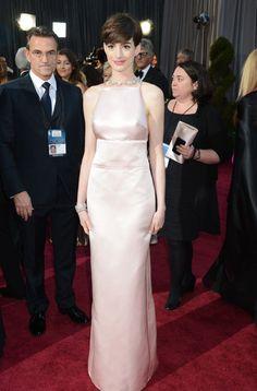 Todo parece indicar que Anne Hathway cambió de idea acerca de su vestido pocas horas antes de la gala. Inicialmente, Valentino aseguró que iría vestida de la firma, pero finalmente ella apareció de Prada. El corte en el busto del traje convirtió el diseño en el más comentado de la noche.  JEFF KRAVITZ (FILMMAGIC)