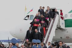 """Alan Holdren na Twitterze: """"Little fanfare when #PopeFrancis rolled into #Baku airport this morning. The big welcome ceremony is after lunch. #popeinazerbaijan https://t.co/lNAJTVPizK"""""""