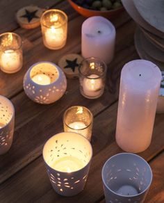 KARWEI   Veel kleine lichtjes op tafel geven direct een feestelijke sfeer. #karwei #kerst #wooninspiratie