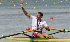 STŘÍBRNÁ RADOST. Ondřej Synek mává fanouškům a děkuje za podporu ve finálovém závodě skifařů. Český reprezentant vybojoval druhé místo a druhou stříbrnou medaili pro Česko na londýnských hrách. Rowing, Olympians, London, Baseball, Pictures, Boating, London England