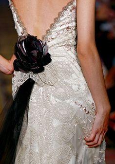 Claire Pettibone   Midnight   Rock 'n' Roll Bride Collection. Encaje con un toque de color!