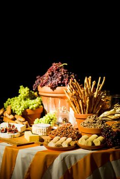 New garden party food display fresh fruit ideas Fingers Food, Cheese Table, Cheese Bar, Wine Cheese, Cheese Plates, Cheese Display, Appetizer Display, Mezze, Italian Party