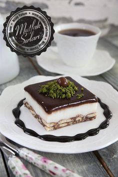 Kolay Bisküvili Pasta – Mutfak Sırları – Pratik Yemek Tarifleri - galletas - Las recetas más prácticas y fáciles Easy Cake Recipes, Sweet Recipes, Snack Recipes, Dessert Recipes, Mousse Au Chocolat Torte, Pasta Cake, Biscuit Cake, Dessert Spoons, Turkish Recipes