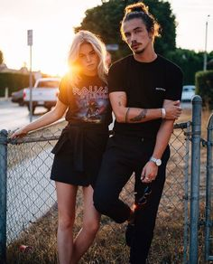 Stylish Couple Fashion Photography Ideas - The vital part is her leg positioning, each leg ought to be bent in various angles. Grunge Outfits, Grunge Fashion, Black Outfits, Fashion Edgy, Fashion 2018, Fashion Fashion, High Fashion, Couple Photography, Photography Poses