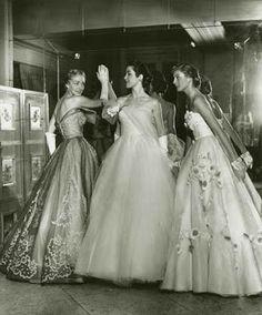 As modelos da Maison vestem Jacques Fath.
