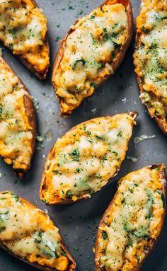 De gevulde zoete aardappel is niet alleen heel lekker, maar ook nog supergezond. Met kikkererwten en spinazie wordt het helemaal een superfoodcombinatie.