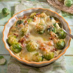 Heiß aus dem Ofen: Im Rosenkohl-Kartoffelauflauf lassen sich gut Kartoffellreste verwerten.