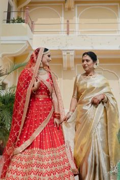 Intimate Palace Wedding With Upbeat Decor & A Chirpy Bride! Indian Wedding Poses, Indian Wedding Photography Poses, Indian Bridal Outfits, Bride Photography, Indian Designer Outfits, Wedding Outfits, Sikh Wedding, Indian Weddings, Mother Daughter Wedding