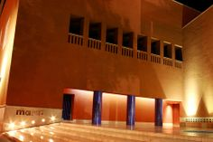 Museo de Arte Contemporáneo de Monterrey. Sus muros lisos, impecables y simples que reflejan figuras por medio de luces y sombras también son elementos proporcionados por sus influencias prehispánicas.