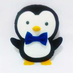 Pinguim  Um pinguim encantador e cheio de graça. Ele é confeccionado em feltro, com enchimento siliconado e aplique de feltro. Pode ser feito em outras cores e tamanhos. Consulte-nos. O tempo de produção pode variar de acordo com a demanda da loja.