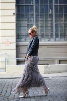 Saia plissada cinza Jaqueta de couro Sapato prata