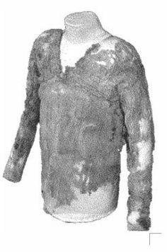 Se descubre la más antigua prenda de vestir al estudiar un paquete de ropa funeraria que había sido adquirido por Petrie. Dicho paquete con ropa funeraria había sido encontrado en las excavaciones que se estaban realizando Tarkhan, esto ocurría en el año en 1977.  Las ropas fueron llevadas a Londres junto con otros objetos de la excavación y se conservaron en el museo Petrie para su restauración.