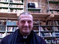 Ô surprise, 250 Chrétiens l'attendaient - Le père Jacques Mourad, prêtre de l'Église syriaque catholique du diocèse de Homs en Syrie, enlevé le 21 mai dernier dans son couvent de Qaryatayn par un groupe de l' « Etat islamique », a retrouvé la liberté samedi 10 octobre 2015. Pendant les 4 mois de sa captivité, il a été emprisonné à Raqqa (centre de la Syrie). - Ses geôliers tentent de le convaincre, ainsi que son diacre Boutros, de se convertir à l'Islam en les menaçant de décapitation...