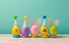 Looking for some easy Easter crafts to do with the kids? These simple egg decorating ideas will have you inspired. Cute, inexpensive and practically mess free. Crafts To Do, Crafts For Kids, Ostern Wallpaper, Easter Egg Designs, Easy Easter Crafts, Diy Ostern, Easter Activities, Easter Holidays, Egg Decorating