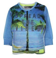 Jongens sweater Spread the vibes van het kinderkleding merk Dirkje Babywear.  Een blauwe sweater die zacht aanvoelt. De sweater heeft aan de voorzijde een mooie print van water en palmbomen. Met de tekst op : spread the vibes. de achterkant en de mouwen zijn effen blauw