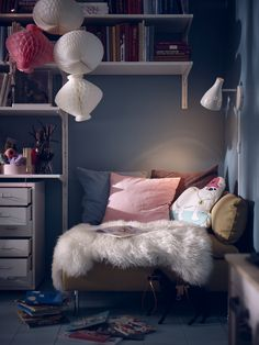 Le coin lecture est un espace à ne pas négliger dans la chambre d'ados. Ici, il se veut tout confort avec un petit canapé d'angle, de gros coussins... Bedroom Corner, Kids Bedroom, Bedroom Decor, Bedroom Interiors, Bedroom Organisation, Cosy Corner, Scandinavian Interior Design, New Beds, New Room