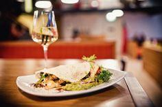 und im :-) White Wine, Chicken, Eat, Ethnic Recipes, Food, Meal, Essen, White Wines, Hoods