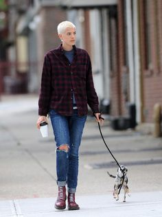 the dog xD Chica Skinhead, Skinhead Girl, Androgynous Women, Androgynous Fashion, Agnes Deyn, Dr. Martens, Look Fashion, Girl Fashion, Bald Girl