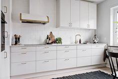 Pärlgrått kök med luckan Solid. Spisfläkt från Fjäråskupan | Ballingslöv