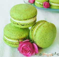 Macarons cu fistic si crema de ciocolata alba - simonacallas Macarons, Great Recipes, Favorite Recipes, Love Chocolate, Alba, Avocado Toast, Biscuits, Deserts, Food And Drink