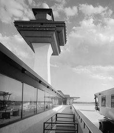 Dulles International Airport, Chantilly Virginia (1958-63) | Eero Saarinen | Expanded by Skidmore, Owings & Merrill (1998-2000) | Photo : Balthazar Korab