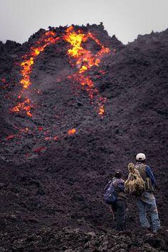 Volcán Pacaya - Este volcán muy activo en Guatemala se encuentra a sólo una hora de la ciudad de Antigua. No es el paseo en sí lo que hace de este un trek extremo. De hecho, la subida de la cuesta es relativamente fácil en comparación con los otros viajes en esta lista. Lo que hace que este lugar inusual para una caminata son los respiraderos activos de vapor y ríos de lava que se ejecutan cerca de la pista.