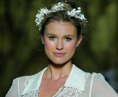 Tocados para novias #bodas #tocados #complementos #pronovias Wedding Looks, Boho Wedding, Wedding Hairstyles With Crown, Bridal Crown, Vintage Roses, Diy Party, Preppy, Sassy, Pink Ladies
