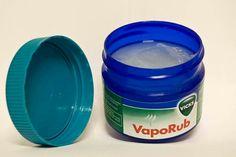 Stop die vervelende hoest! Wrijf een flinke laag VapoRub onder je voetzolen (of die van je kind), trek daarna sokken aan en het hoesten zal snel minder worden.
